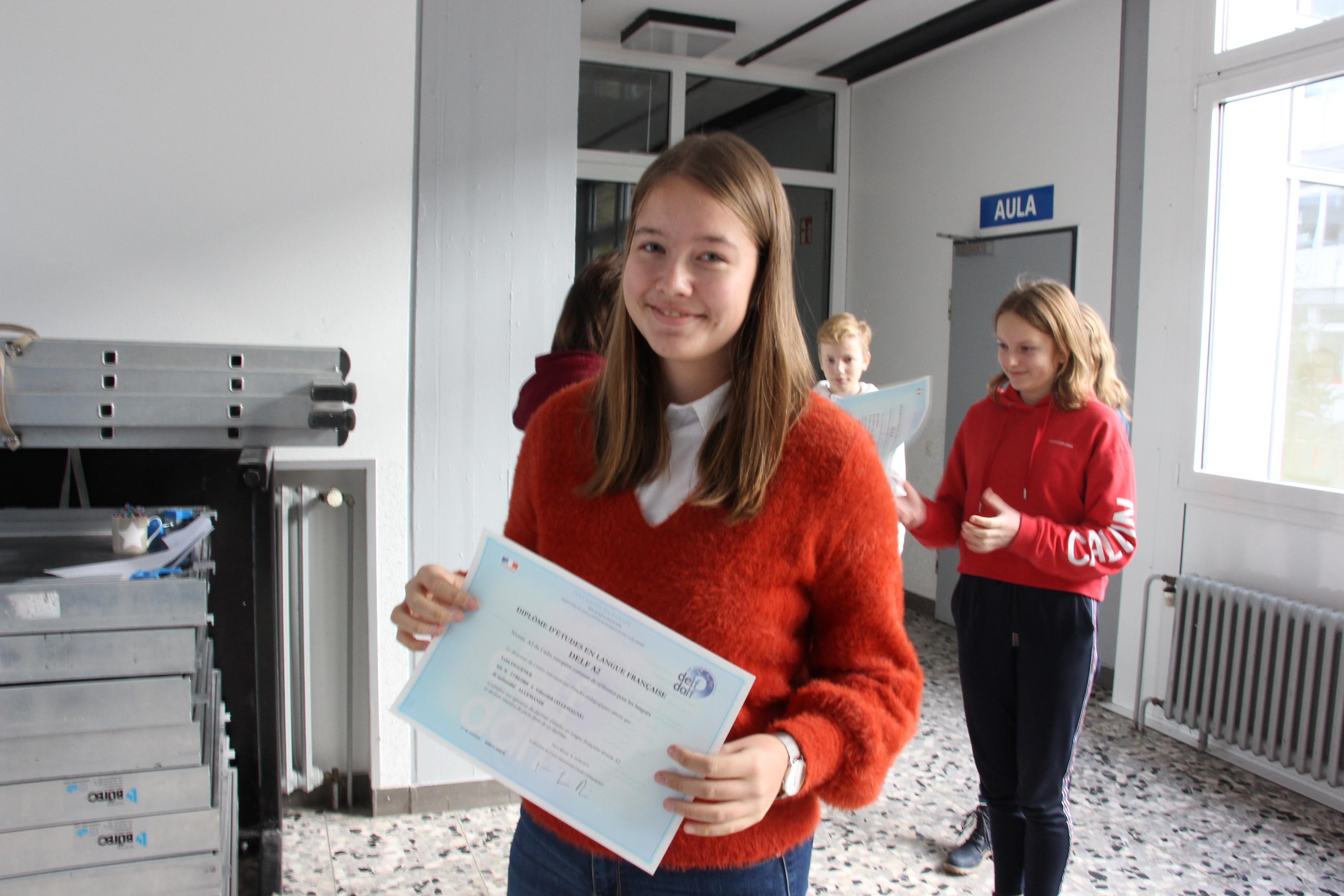 Lena mit ihrem Zertifikat