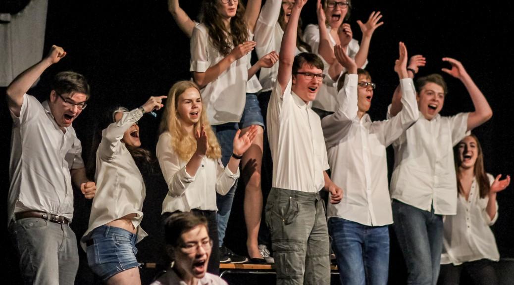 """des Ratsgymnasiums führt """"Die Welle"""" als Theaterstück auf."""